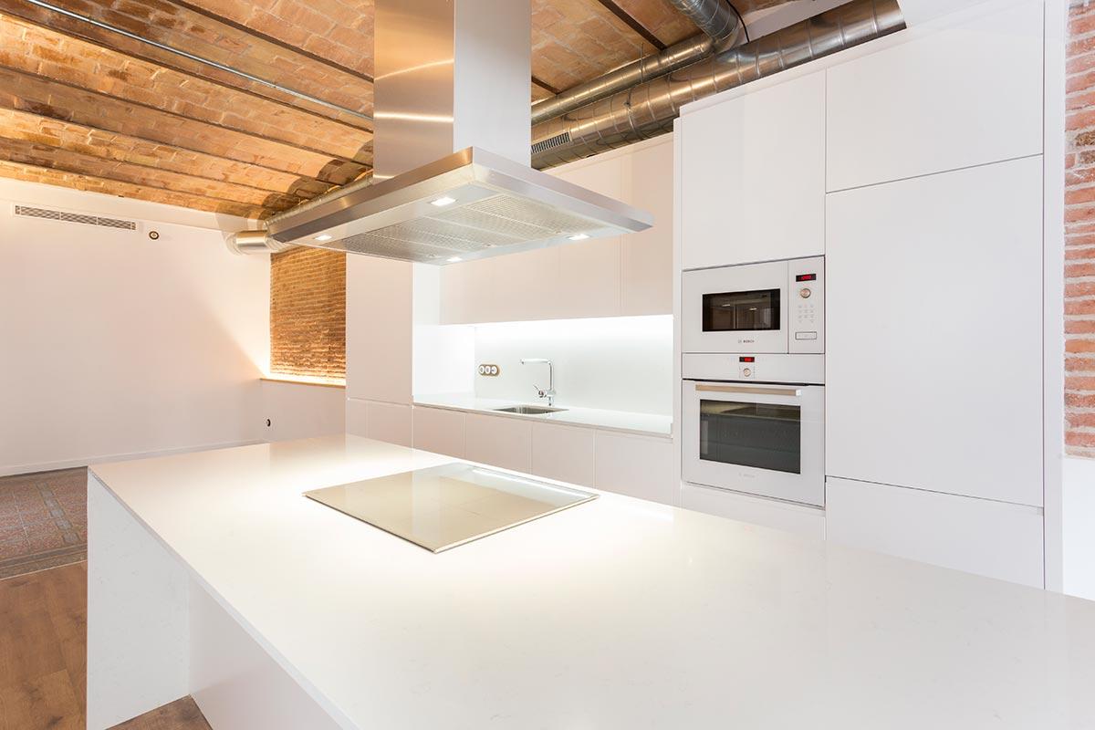 Fotos de cocinas blancas en barcelona for Muebles de cocina americana fotos