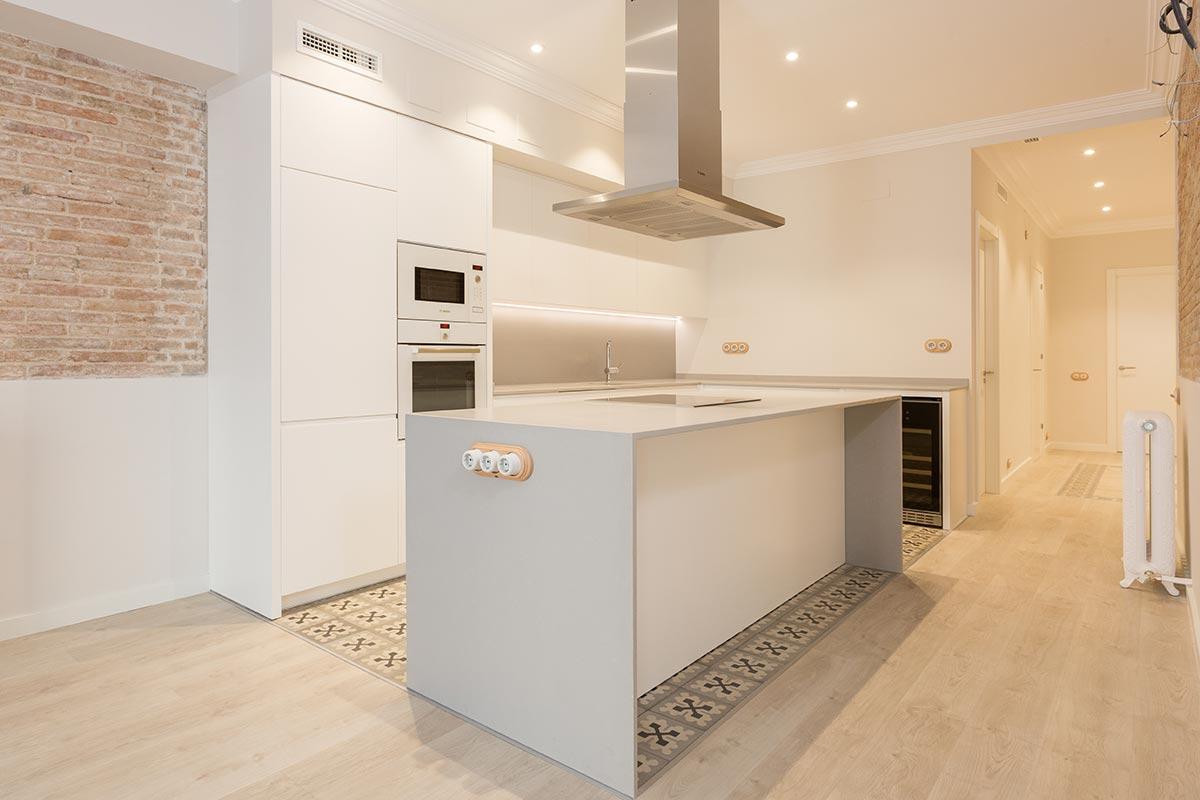 Cocina blanca y gris en ciutat vella omo barcelona for Cocinas blancas