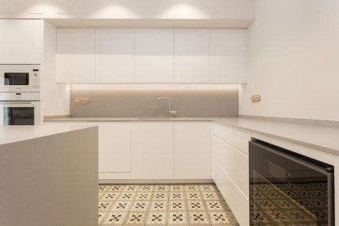 Cocina blanca con encimera gris omo barcelona f brica - Medida encimera cocina ...