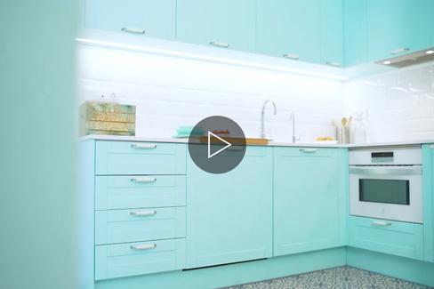 Vídeo de cocina a medida, lacada en color aguamarina.