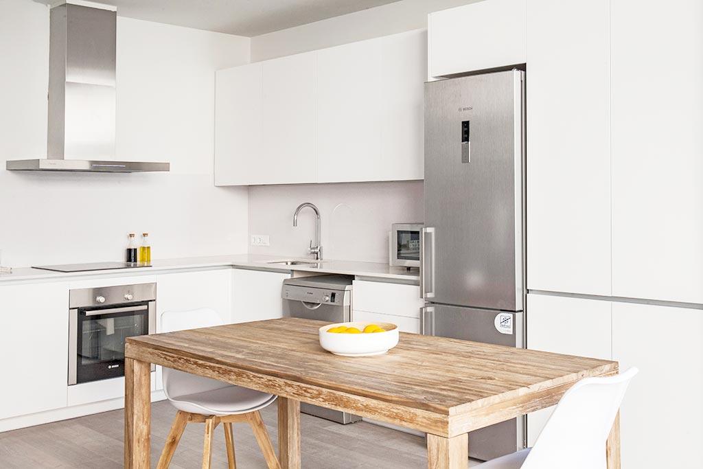 Cocina de estratificado blanco instalada en Barcelona