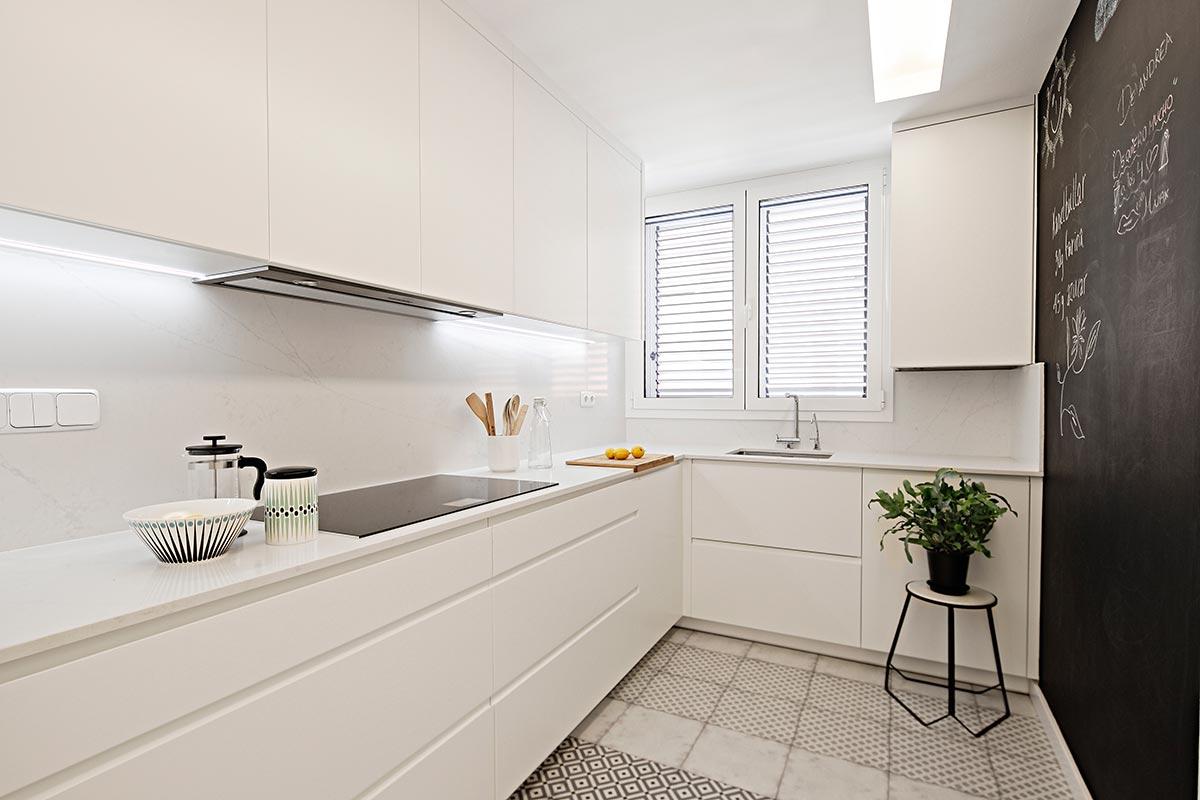 Cocina alargada de color blanco