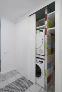 Lavadero oculto en un armario empotrado de la cocina