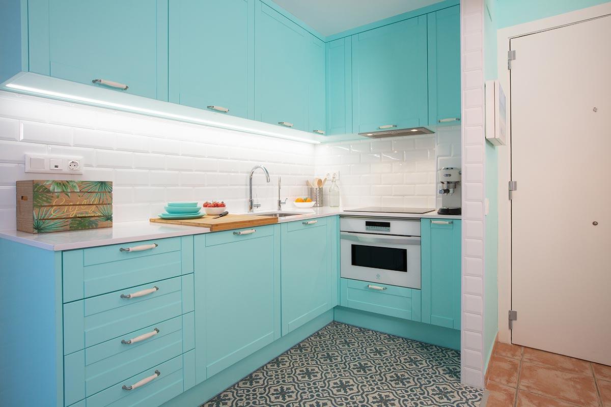 Cocina abierta al salón de color aguamarina
