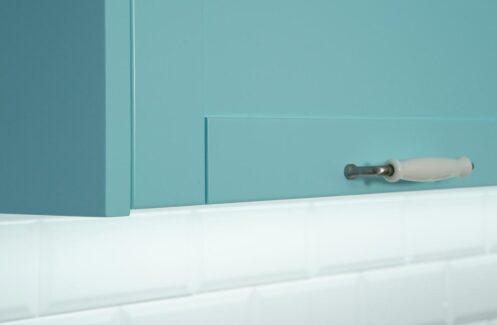 Cocina color aguamarina con azulejos blancos