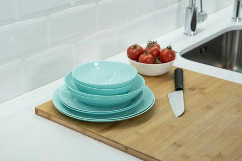 Cocina de color aguamarina y azulejos blancos