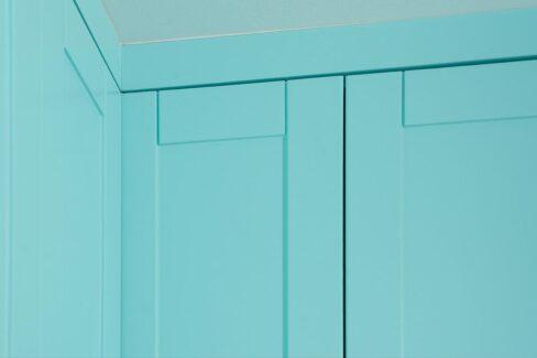 Cocina con puertas enmarcadas en color aguamarina