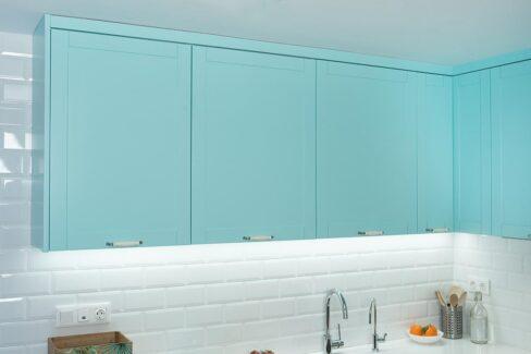 Muebles altos de cocina con luz led indirecta
